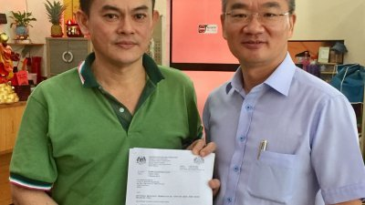 邱培栋(右起)与刘德荣展示关税局退回全数款项的批准信。