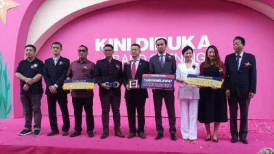 罗斯里(左3起)、莫哈末阿米鲁、吴忠权、刘嘉及嘉宾们为碧乐时光商场主持开幕,并鼓励大家参与推广2020柔州旅游年。