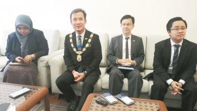 槟岛市长拿督尤端祥(左2)偕同槟岛市议员诺扎丽娜(左起)、魏祥敬及王宇航召开记者会,解答媒体对市政厅事务的疑问。