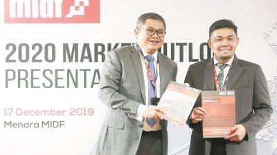 烈扎(左)与扎夫里出席MIDF研究2020年市场展望简报会。