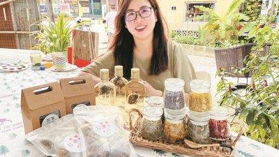 黄嘉敏于2016年开始创立花言茶语,鼓励人们饮用天然花草茶保健。