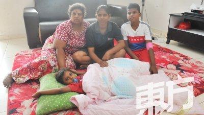 苏丽亚卡拉( 左起)及帕丽玛拉如今寄人篱下,以客厅为睡房,一家四口相互扶助著生活。(摄影:邱继贤)