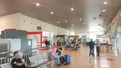 亚航班机取消往返槟城和甲州的航班,周四下午峇株安南国际机场显得冷清。