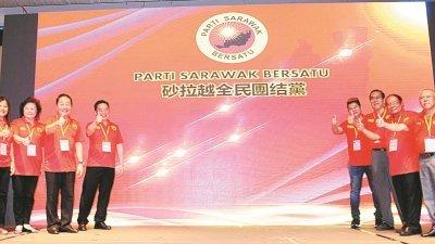 黄顺舸(左3)在党领袖陪同下,主持砂全民团结党推展礼。