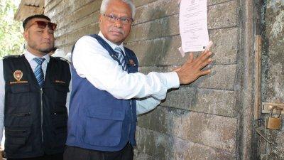 西华尼申(左2)在椰花酒厂外贴上查封令,勒令业者在14天进行清理工作,期间不得作业。