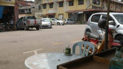 一张椅子,一张桌子,一杯咖啡乌,让茶室顾客看了倍感心酸。邱清良灵车与一杯咖啡乌遥遥相对。