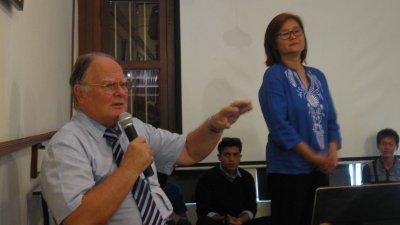 翰斯(左)在讲座会上分享海平面上升会带来的影响。右为主持人邱思妮。