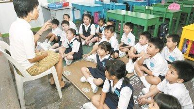 华教人士坚持,尤其是微型华小一至三年级的国英文老师,必须是由懂得华语的华裔老师来教导。