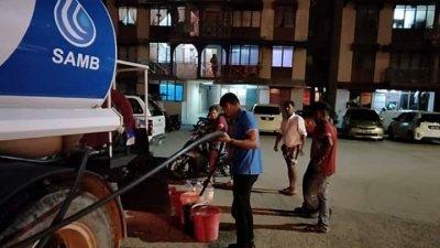 马六甲水务公司从周六晚开始,前往受影响的地区派水。