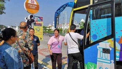 林秀玲(右2)周末也亲自登上怡保Hoho观光巴士,为游客解说怡保的历史点滴。