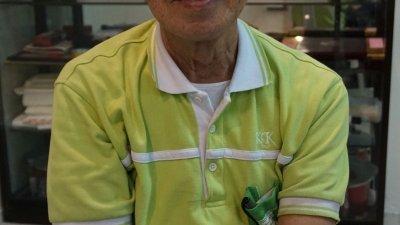 年届81岁高龄的骆锦陶,一生为教育献力,乐而不疲,崇高的精神令人肃然起敬。