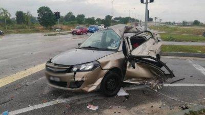 轿车遭巴士猛力撞击,导致车上一名11岁男童因头部重创死亡,2名女童则受伤入院治疗。