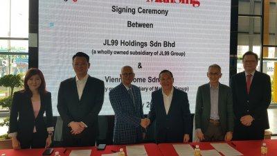 梁海金(右3)与JL99控股董事拿督斯里李文杰(左3)签署协议。出席者为(左起)陈艾美、陈甲胜、黄宝成及欧威廉(人名皆译音)。