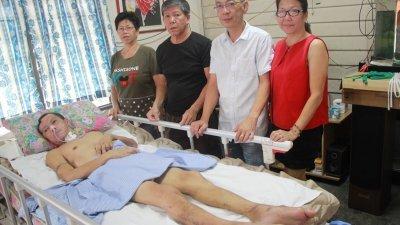 李甫明伤及脑部,四肢无法良好的动弹,平时由姐姐李玉媚(左起)、哥哥李甫彦(左)的照顾,妹夫黄明利(左)和妹妹都会时常来探望他。