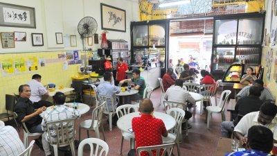 早期的华人茶室有不少马来食客光顾,惟在上世纪80年代起逐渐减少,如今普遍上更不再见有马来同胞光顾。