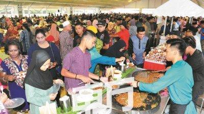 大批民众排队领取美食,开放门户现场人头攒动。(摄影:杨金森)
