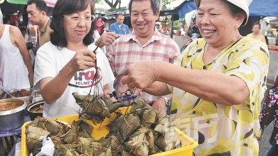 端午节吃粽子的传统除了出自爱国诗人屈原的故事外,还有其他的典故。图为吉隆坡文良港,消费者购买粽子过端午节。(摄影:曾钲勤)