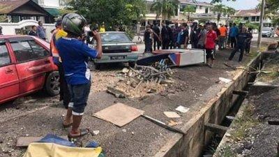 车祸现场一片狼藉, 糕点摊档倒在路上。