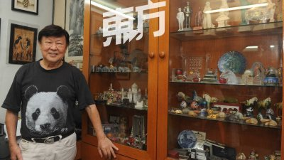 周扬平一生除了追逐音乐,爱好旅游的他也在途中搜猎了逾千件的纪念品。从人物铜像至动物雕像,应有尽有。 (摄影:徐慧美)