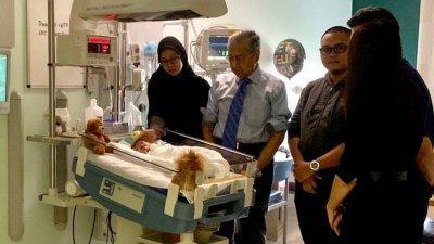 首相敦马哈迪在结束三天访英行程前,抽空探望上周在伦敦成功切除恶性周六的8个月大的女婴艾努玛蒂雅。