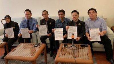 王宇航(左5)与拉蒂法(左起)、阿查哈里、哈运达星及邓智伟,呼吁夜市小贩先向槟岛市政厅执照组查询详情,避免在无执照的夜市摆档而浑然不知。