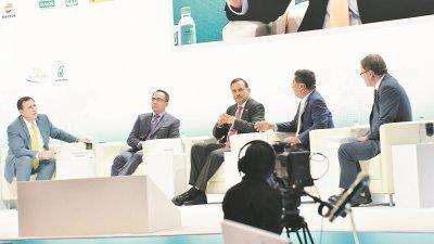 """(左二)国油总裁兼首席执行员丹斯里旺祖基菲利出席2019年亚洲石油与天然气大会的企业首席执行员座谈会:""""为新能源未来做好准备""""。"""