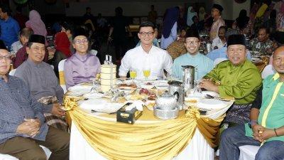 陈家兴(左3)出席霹雳文化及艺术局开放门户活动时,与主宾们合摄。左4为该局局长阿都拉昔。