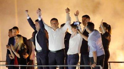 伊马姆奥卢(左5)与共和人民党成员周日晚在胜选后,于伊斯坦布尔街头接受支持者的祝贺。