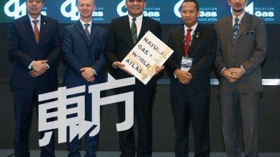 """莫哈末拉兹(中)出席马来西亚天然气研讨会,并从哈兹里山(右2)手中接过""""世界天然气大地图""""纪念品。左起为阿迪夫祖基菲里、安德烈及赛夫阿努亚。(摄影:骆曼)"""