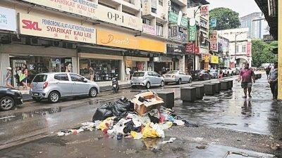 商店林立的苏丹街,下过雨的街头出现垃圾堆,非常不卫生。