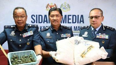 祖卡纳英(中)和吉隆坡国际机场关税局总监阿都瓦哈比(左)及关税局中区(行动)总监艾迪达祖丁(右)向记者展示当局所起获的巴西龟和冰毒。