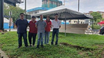 游佳豪(左3)周三与刘麟辉(左起)、谢永堂、白添枝和赖俊权前往美娜园巡视非法榴梿档时,促请民众透过合法途径取得营业执照。