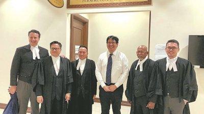 哈菲兹(右3)在成功保住实必丹国会议席后,在庭外与律师团队一同开心合影。