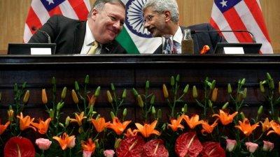 美国国务卿蓬佩奥(左)在联合记者会上,倾身聆听印度外长苏杰生。美国和印度承认彼此在重大问题上仍存有分歧,但会致力解决,达致双赢。