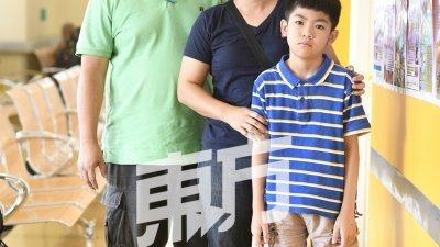 戴光鸿(左起)与吴秀菁6月杪带著铭亮,前往马大医院复诊,目前急需15万令吉接受为期3年的注射液治疗。(摄影:伍信隆)