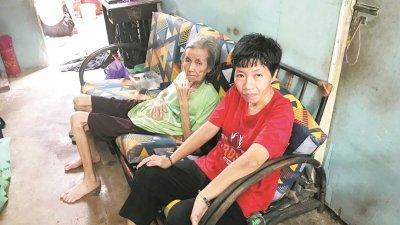 林金兰(右)与吴英妹坐在客厅唯一的沙发乘凉,等待时间流逝。