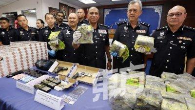 卢卡斯(右起)、尤索夫、莫哈末卡立尔和卡玛鲁丁展示起获的毒品。(摄影:刘维杰)