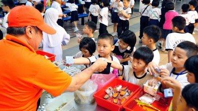 受访家长认为,营养餐让学生在食堂用餐的选择减少,家长不得不自己准备饭盒让孩子带去学校吃,上述措施用意虽然,但没有必要性。(档案照)