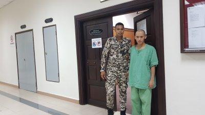 涉嫌侮辱伊斯兰教的达雅族男子(右),被送入精神病院观察。