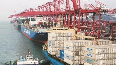 中美贸易战去年开始发酵,美国总统特朗普今年宣布提高中国商品关税至25%后,中国也采取报复措施宣布提高美国商品进口的关税,让中美贸易战越演越烈。图为船只停靠在中国东部的山东省青岛的其中一个港口。