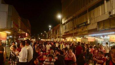 甲州祈安律美食街试跑首日即吸引大批的民众到访,反应十分踊跃。