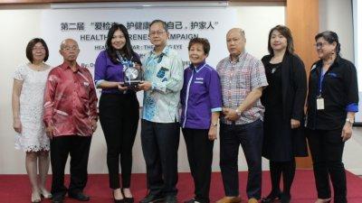 霹雳华堂妇女组主任唐佩娟(左3起)代表大会赠送纪念品予李文材。