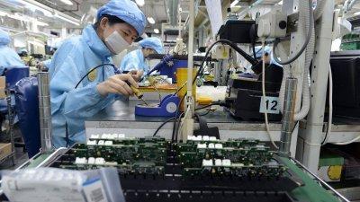新加坡电子业及制造业传出裁员和加班减少的情况,从事上述领域的大马客工收入受到影响。(档案照)