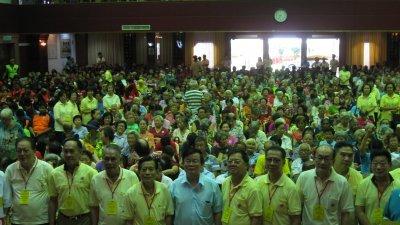 周荣吉(左起)、林廷晖、许春畴、林嘉水、曹观友、黄智绪等人在移交模拟支票给受惠团体后,与现场的长者和孤儿们合影。