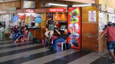 """芙蓉第一终站仍采用柜台售卖车票,因此难以杜绝""""黄牛票""""问题。"""