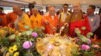 明吉法师(前排右起)、释迦山及邓章钦(后排右2)周日出席马佛总雪隆分会卫塞月佛陀日庆典,与善众一起欢庆卫塞节,浴佛祈福。