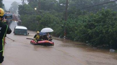新北市周一上午下起豪雨,林口地区多处淹水,一辆小型巴士泡水抛锚,车内有6名乘客受困。新北市政府消防局获报派出橡皮艇前往救援,协助6名民众脱困。
