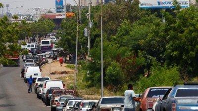 在美国的经济制裁之下,委内瑞拉各地面临无油可加的困境。排队加油的车潮,最长已蔓延1.6公里。