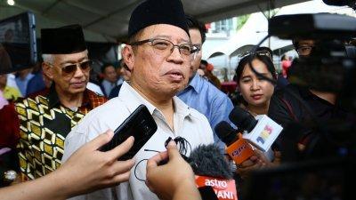 阿邦佐哈里出席砂拉越青统主办的斋戒月活动后,向记者讲述马来西亚协议的谈判进展。