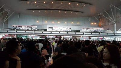 新山关卡出境大厅周一下午3时迎来大批通关人潮,通关者纷纷在面子书贴文奔走相告,提醒准备通关人士。